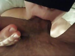 Blindfolded amateur babe is blowing a dick in the close-up